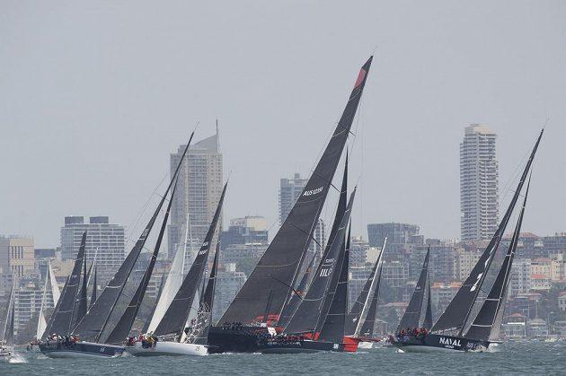 Odstartováno. Do tradičního závodu ze Sydney do Hobartu ve čtvrtek z olympijského města z roku 2000 vyrazilo 157 jachet, což je největší účast za posledních 25 let.