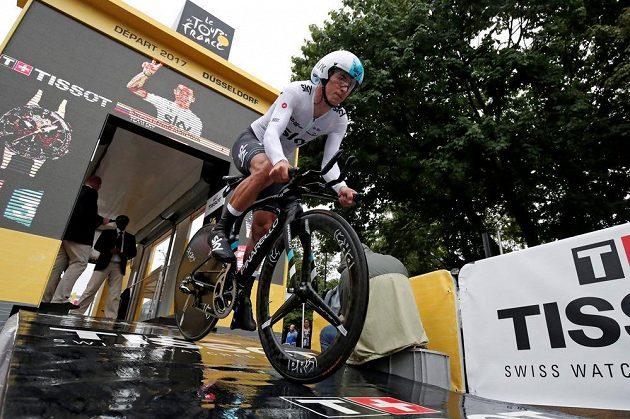 Jezdec týmu Sky Sergio Henao vyráží na trať časovky.