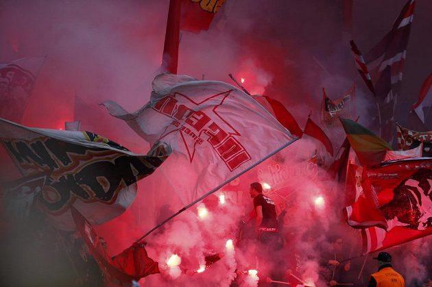 Fanoušci Bayernu při utkání v Berlíně s Herthou.