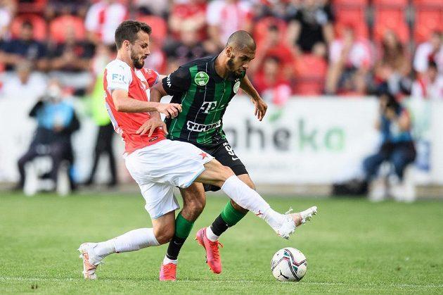 Jakub Hromada ze Slavie Praha a Laidouni Aissa z Ferencvárose