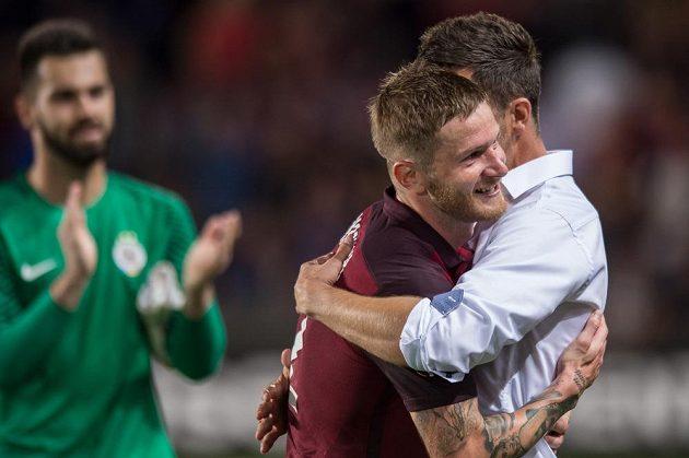 Trenér Sparty David Holoubek a obránce Ondřej Mazuch se radují po výhře nad Interem Milán.