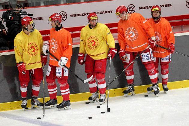 Útočník Zbyněk Irgl (uprostřed) poprvé po operaci nádoru na ledvině trénoval s třineckými hokejisty.