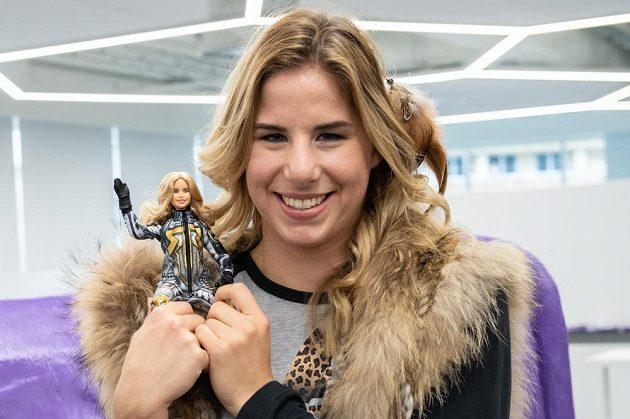 Snowboardistka a lyžařka Ester Ledecká se svojí panenkou Barbie.
