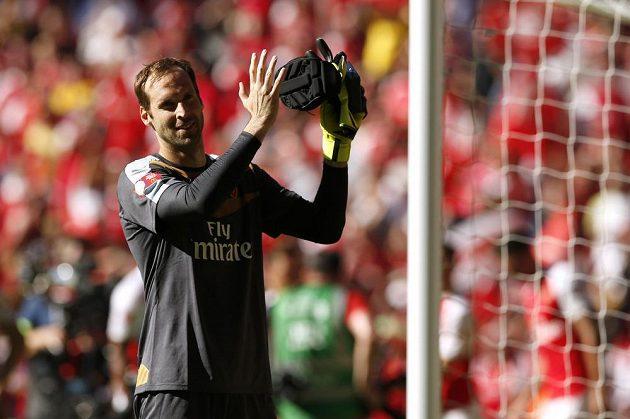 Petr Čech děkuje fanouškům po triumfu v anglickém Superpoháru.