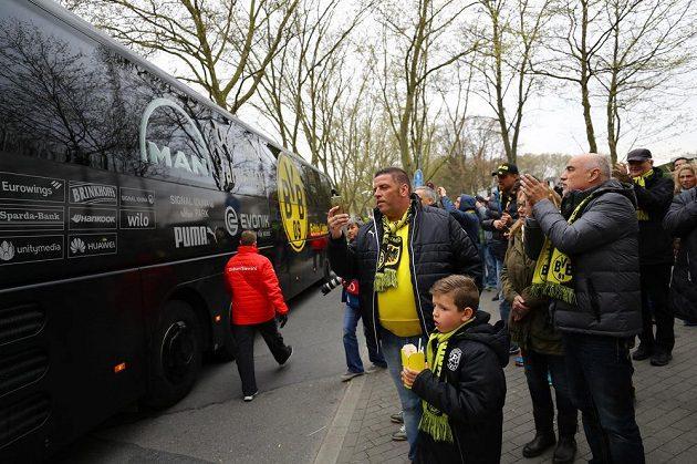 Dortmundští fandové tleskají přijíždějícím fotbalistům Borussie.