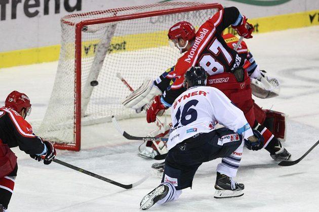 Michal Birner z Liberce (v bílém) překonává brankáře Hradce Ondřeje Kacetla.