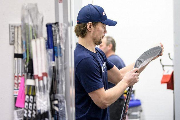 Ondřej Němec si připravuje hokejky během srazu hokejové reprezentace před turnajem Channel One Cup.