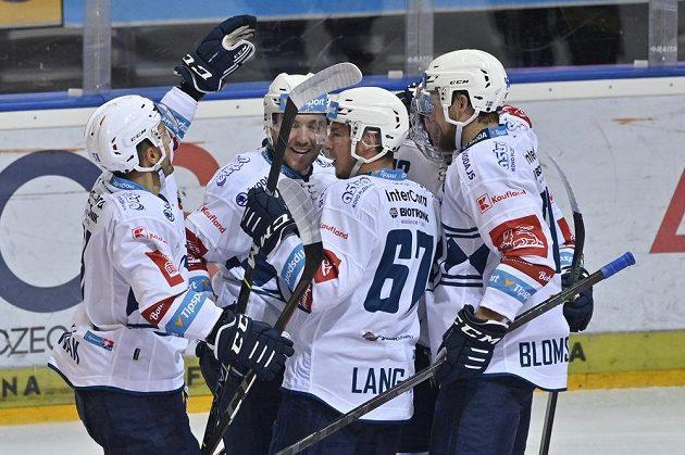 Hráči Plzně se radují z gólu na Spartě.