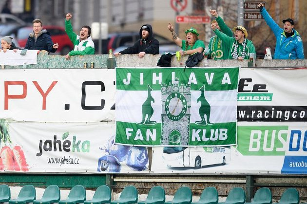 Fanoušci Bohemians na štaflích sledují za plotem utkání 10. kola s Pardubicemi.