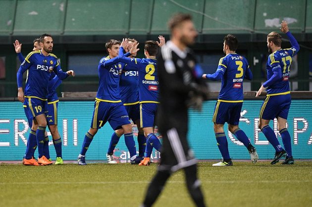 Fotbalisté Jihlavy oslavují úvodní gól proti Dukle.