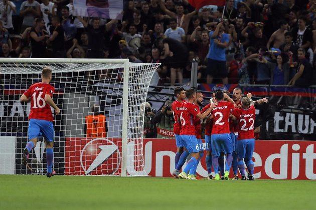 Hráči FCSB slaví gól na 1:0 proti Viktorii Plzeň.