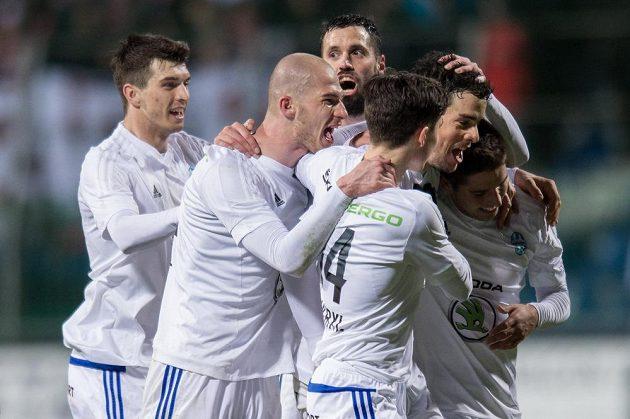 Fotbalisté Mladé Boleslavi oslavují druhý gól proti Slavii.