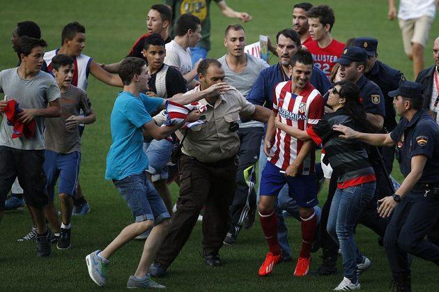 Novou posilu Atlétika Madrid Davida Villu (v dresu) obklopují při jeho prezentaci na stadiónu Vicente Calderóna nadšení fanoušci.