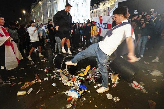Drsné finále. Policie kvůli násilnostem kolem finále fotbalového EURO zatkla 49 lidí. Devatenáct policistů utrpělo při šarvátkách v Londýně zranění.