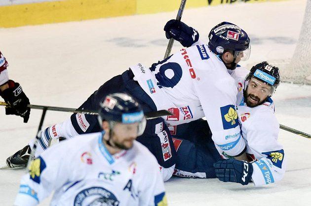 Liberecký útočník Michal Řepík (vpravo) se raduje se spoluhráčem Lukášem Krenželokem z úvodního gólu do sítě Sparty.