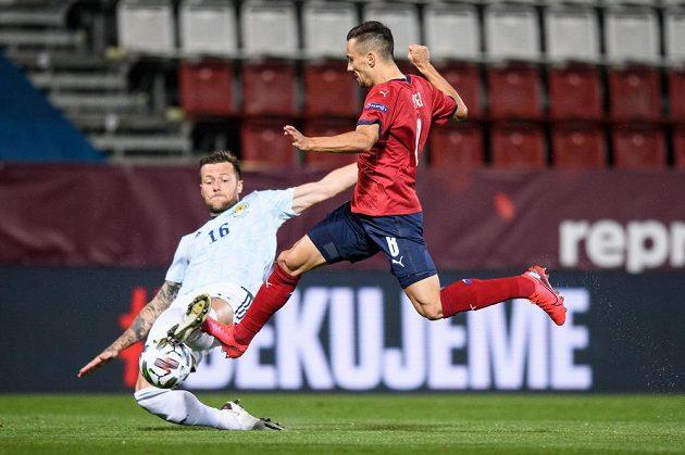 Liam Cooper ze Skotska a český záložník Jakub Pešek během utkáním Ligy národů v Olomouci.