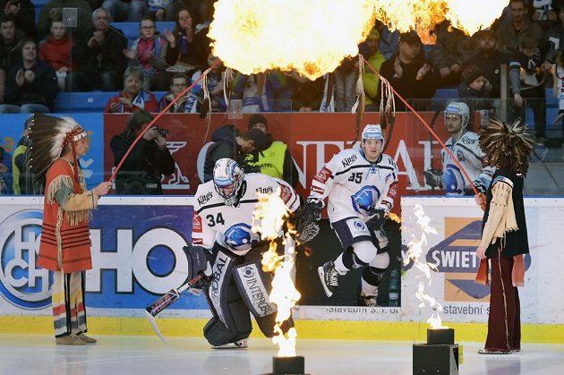 Hráči Plzně (zleva) brankář Dominik Frodl a Miroslav Indrák nastupují na led před začátkem utkání s Olomoucí