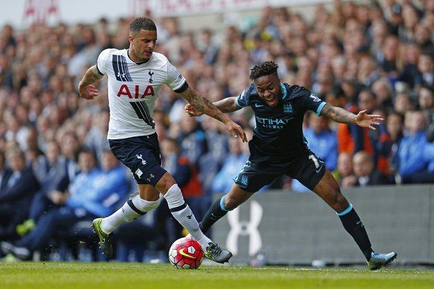 Kyle Walker z Tottenhamu (vlevo) bojuje o míč s Raheemem Sterlingem z Manchesteru City.