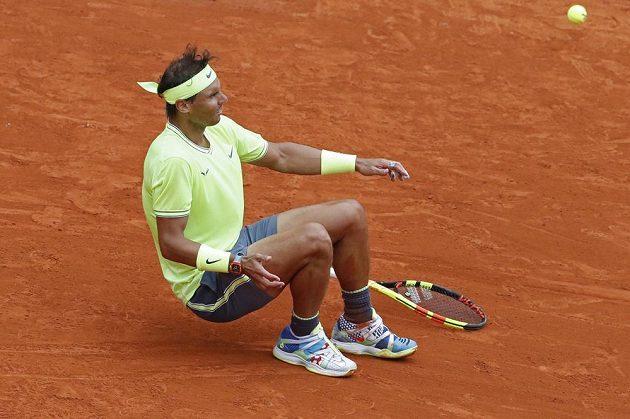 Rafael Nadal padá k zemi poté, co do své sbírky přidal už dvanáctý triumf na Roland Garros.