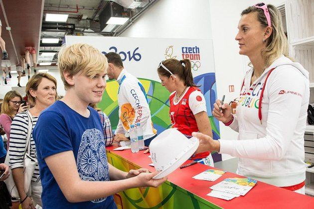 Oštěpařka Barbora Špotáková (vpravo) během autogramiády.