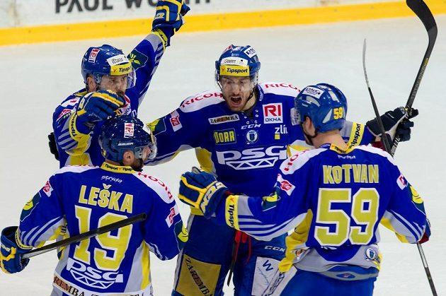 Radost zlínských hokejistů z výhry na ledě Třince.