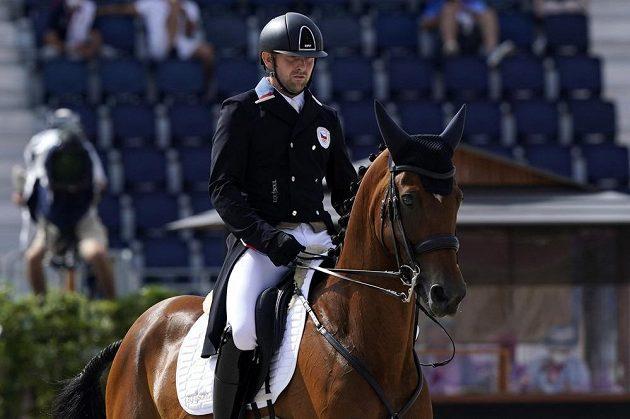 Závodník v jezdecké všestrannosti Miroslav Trunda provádi drezuru v olympijské soutěži.