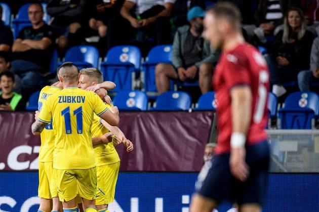 Fotbalisté Ukrajiny oslavují gól na 1:0 během přípravného utkání fotbalové reprezentace,.