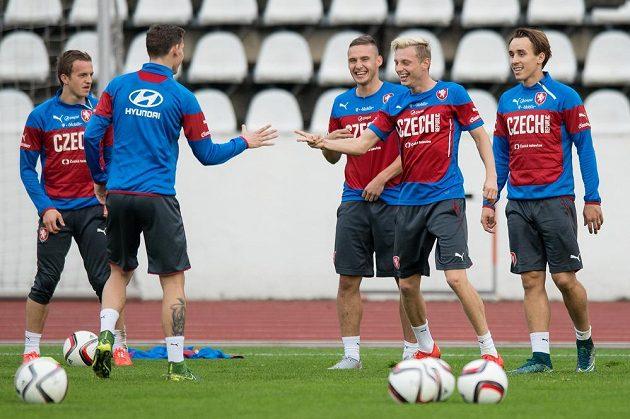 Fotbaloví reprezentanti (zleva) Jan Kopic, David Pavelka, Pavel Kadeřábek, Ladislav Krejčí a Josef Šural během tréninku české reprezentace před zápasy kvalifikace ME 2016 s Tureckem a v Nizozemsku.