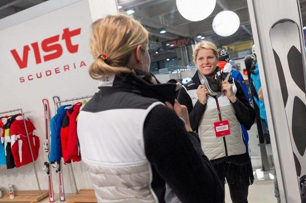 Slovenská lyžařka Veronika Velez Zuzulová se aktivně podílí na přípravě oblečení jednoho z partnerů.