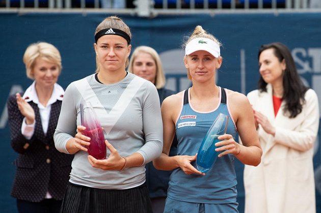 Vítězska Jil Teichmannová ze Švýcarska (vpravo) a česká tenistka Karolína Muchová ve finále tenisového turnaje J&T Banka Prague Open.