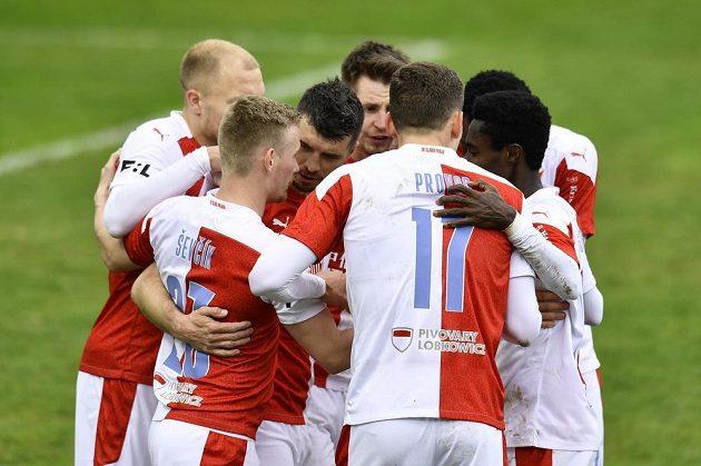 Hráči Slavie se radují z gólu, který vstřelil z penaltyOndřej Kúdela (třetí zleva).
