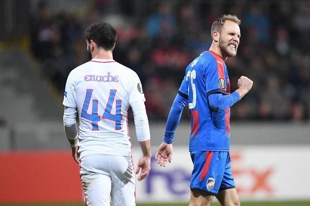 Plzeňský fotbalista Daniel Kolář (vpravo) zahodil v úvodu zápasu Evropské ligy proti FCSB velkou šanci a hodně jej to mrzelo.
