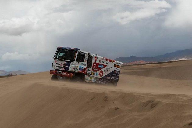 Aleš Loprais vede svou tatru dunovým polem při čtvrté etapě Rallye Dakar.