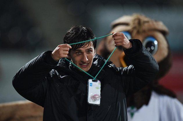 Ruslan Mingazov z Jablonce dostal od fanoušků po zápase s Olomoucí dudlík pro narozenou dceru.