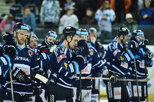 Zklamaní vítkovičtí hokejisté po porážce v Liberci. Vpředu uprostřed je útočník Rostoslav Olesz.