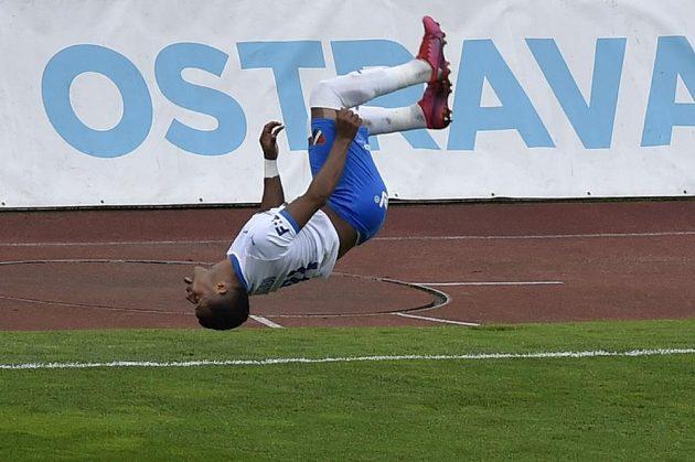 Carlos Dyjan De Azevedo z Ostravy dělá salto poté, co proměnil penaltu a vyrovnal tak stav utkání s Mladou Boleslaví na 1:1.