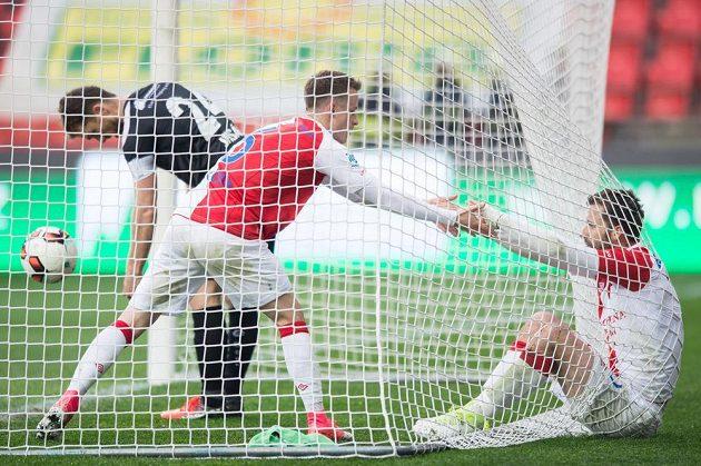 Fotbalisté Slavie Praha Jan Sýkora a Josef Hušbauer skončili v bráně Hradce poté, co Hušbauer vstřelil čtvrtý gól.