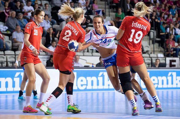 Česká házenkářky Šárka Marčíková (vlevo), Kamila Kordovská, Helena Štěrbová (uprostřed) a Anika Niederwieserová z Itálie během kvalifikace ME 2016.