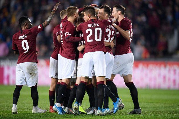 Fotbalisté Sparty Praha oslavují gól na 4:0.