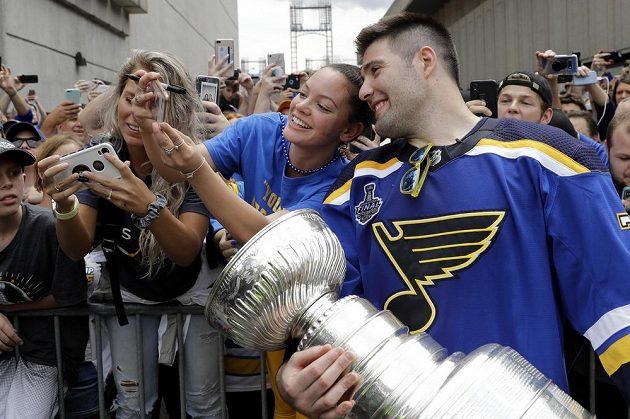 Hokejista Pat Maroon ze St. Louis Blues se fotí s fanynkami a Stanley Cupem.