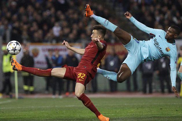 Fotbalista AS Řím Stephan El Shaarawi v divokém souboji s barcelonským Nelsonem Semedem během utkání Ligy mistrů.