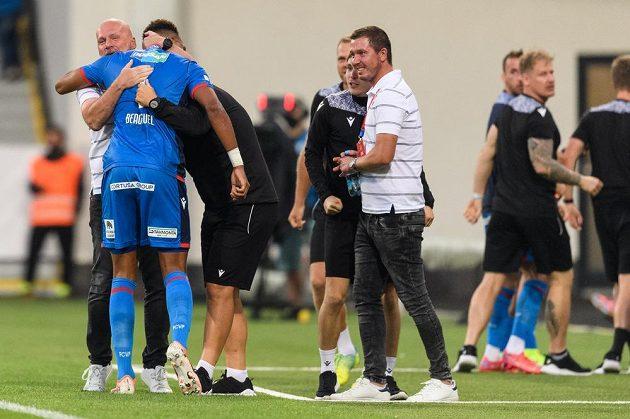 Jean-David Beauguel a trenér Viktorie Plzeň Michal Bílek oslavují gól během utkání se Spartou.
