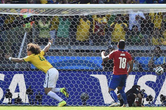 Brazilec David Luiz (vlevo) slaví gól proti Chile v somifinále MS.