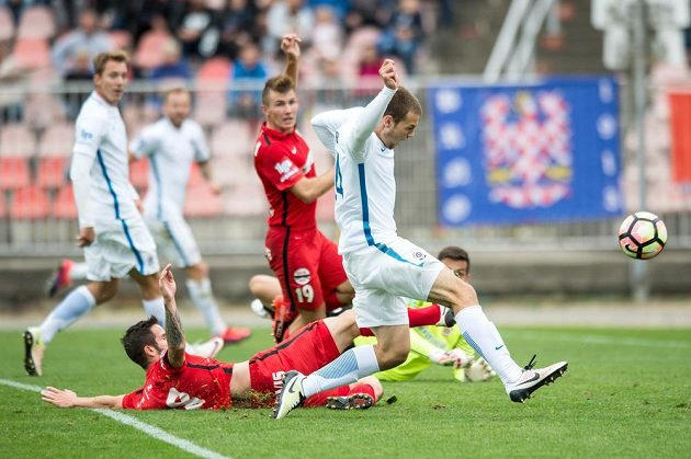 Matěj Pulkrab ze Sparty střílí vedoucí gól na 3:2 v Brně.