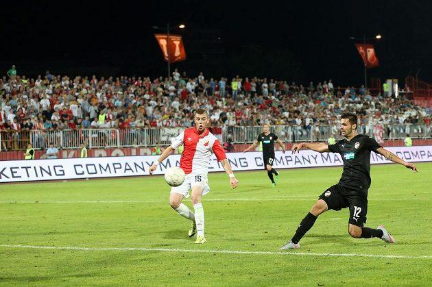Michal Ďuriš (vpravo) z Plzně střílí gól na hřišti Vojvodiny Novi Sad.
