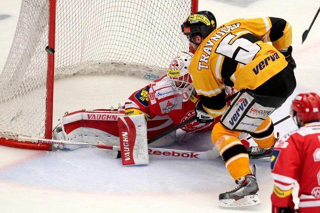 Michal Trávniček (Litvínov) v gólové šanci před třineckým gólmanem Šimonem Hrubcem nastřelil tyč.