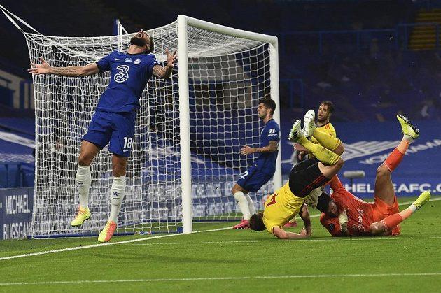 Fotbalista Chelsea Olivier Giroud a jeho zklamané gesto po zahozené šanci.