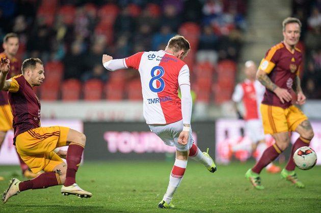 Jaromír Zmrhal ze Slavie Praha střílí svůj druhý gól proti Dukle.