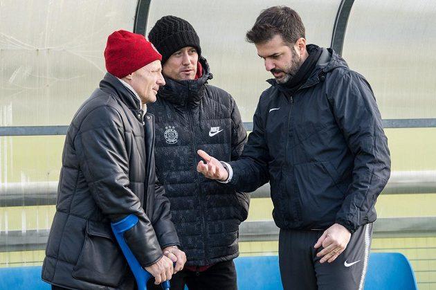 Sportovní ředitel Sparty Zdeněk Ščasný (vlevo), Tomáš Rosický a trenér Andrea Stramaccioni během utkání s Táborskem.