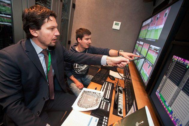 Roman Hrubeš jako videorozhodčí pomůže z přenosového vozu hlavnímu sudímu na trávníku...